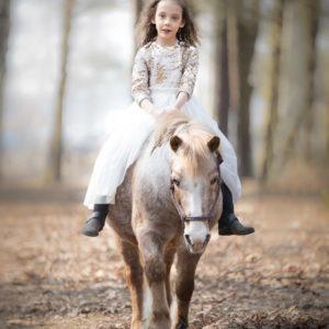 Sesja fotograficzna dziewczynki z kucykiem